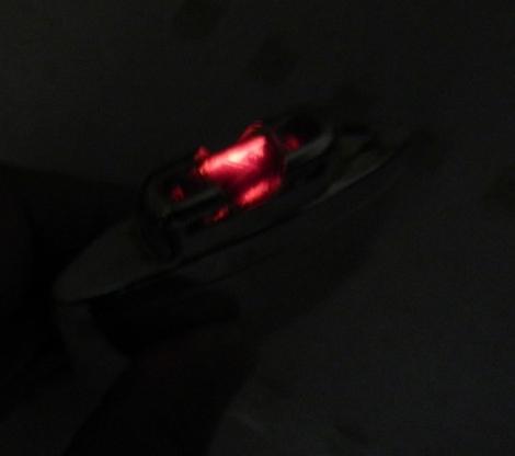 暗いところで見ると、赤く光っている