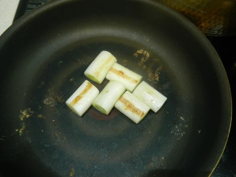 カモ肉を焼いたフライパンで長ネギを焼く