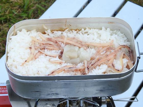 メスティンde炊き込みご飯  牛脂とスルメのメタボ飯