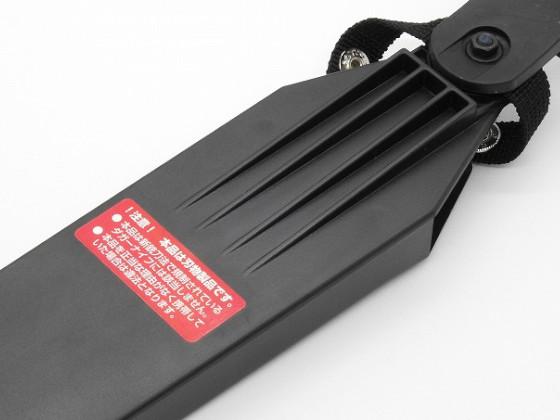 山刀S(ヤマカタナS) No.801のラベルを鞘に貼る