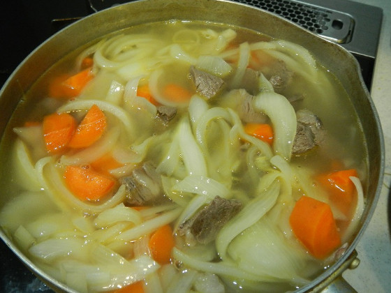肉・野菜と水を入れ1時間煮る