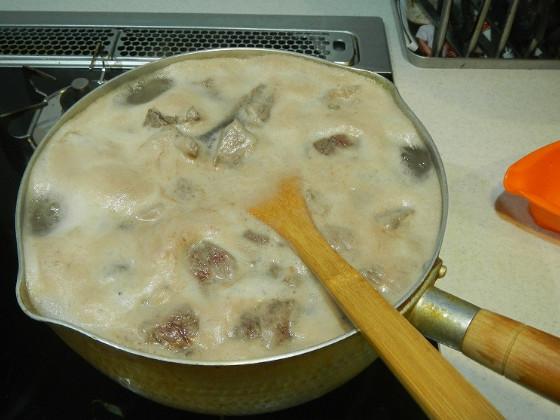 エゾシカのモモ肉を入れて沸騰させる