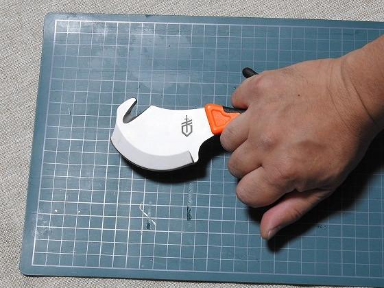 ガットフック付 スキナーナイフ VITAL (ガーバー/GERBER製)をガットフック使用時の握った状態