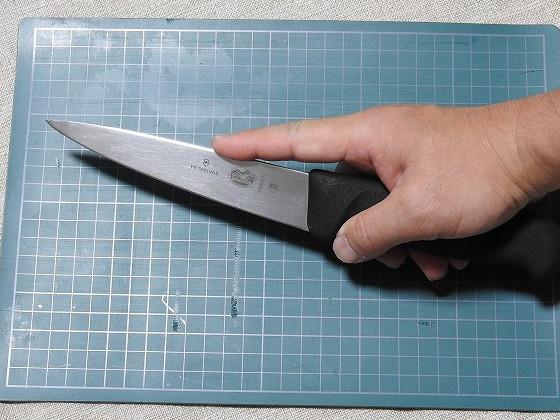 骨スキ丸 5.5603-14NL 14cm(ビクトリノックス/VICTORINOX製)を人差し指を添えた持ち方