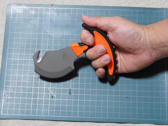 ガットフック付 スキナーナイフ VITAL (ガーバー/GERBER製)を皮剥ぎ時の握った状態