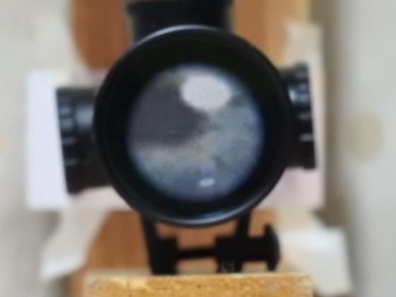スコープの対物レンズに映った画像 4倍・目開