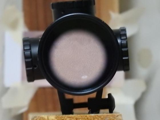 スコープの対物レンズに映った画像 4倍・目閉