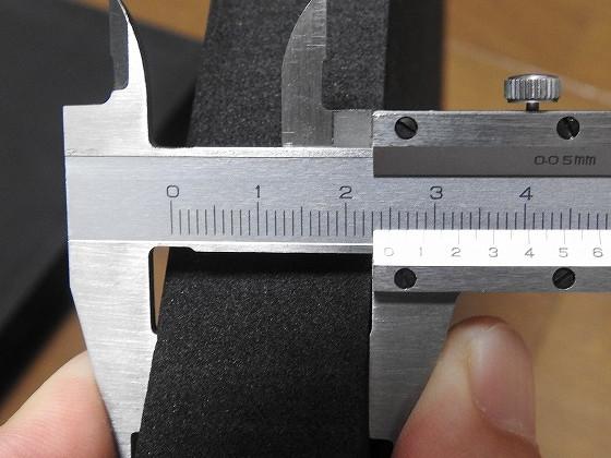 EVAフォームの厚みをノギスで測定