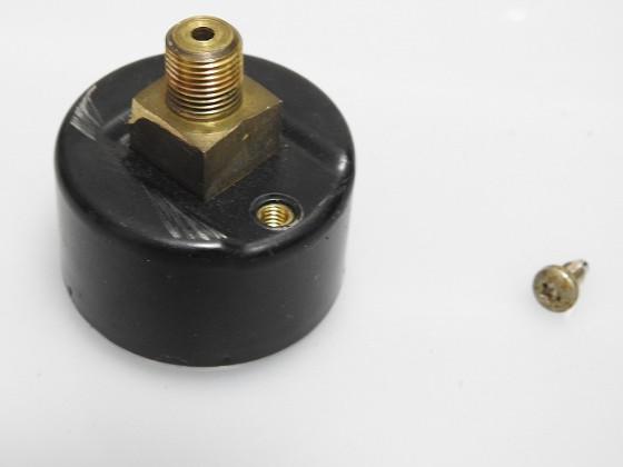 ハンドポンプの圧力計裏のネジを外したところ