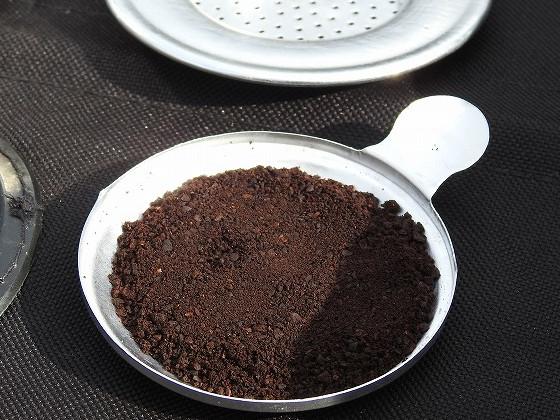 ベトナムコーヒーのフィルターの蓋でコーヒー豆を計量