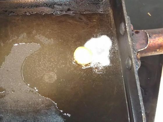 スッポンの卵をフライパンで焼く
